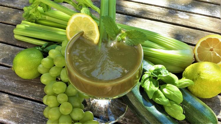Alimentazione per dimagrarire le gambe con concentrati di verdura e frutta