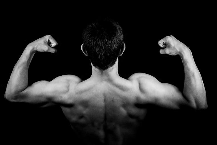 allenare le braccia a corpo libero
